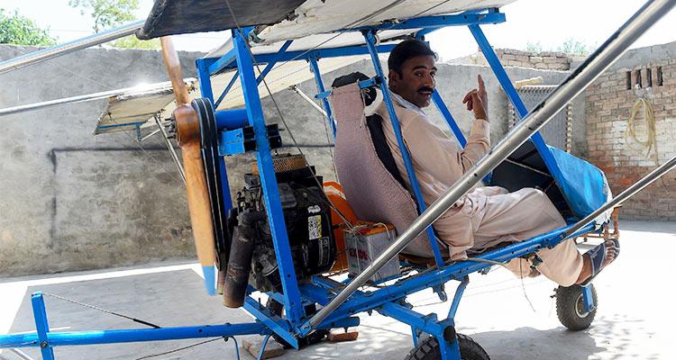 पॉपकॉर्न वाले ने हवाई जहाज बनाकर उड़ाया
