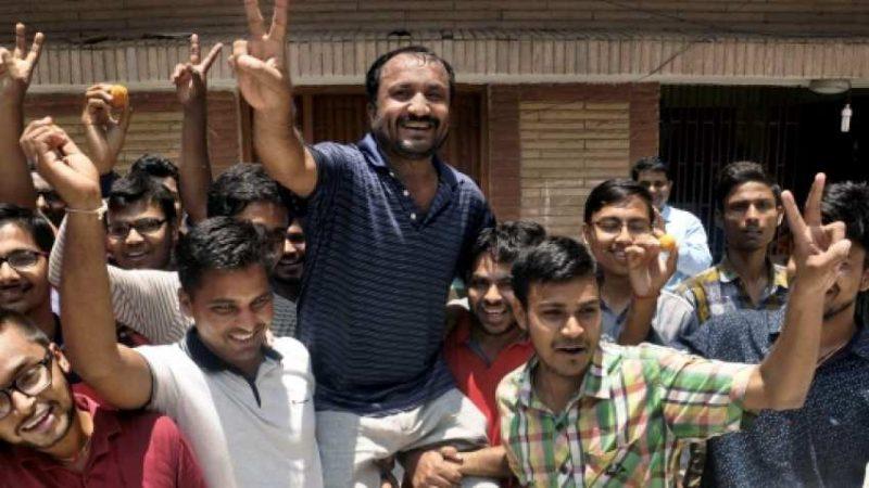 सुपर 30 के आनंद पर छात्रों द्वारा पुलिस केस