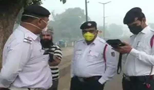 दिल्ली में ऑड-ईवन चालू, लोगो ने छूट को चुनावी झुनझुना बताया