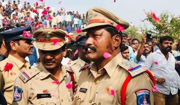 हैदराबाद एनकाउंटर पर पुलिस का अभूतपूर्व स्वागत, हुई पुष्पवर्षा